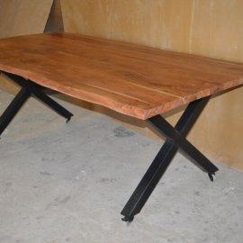 שולחן עץ ארוך