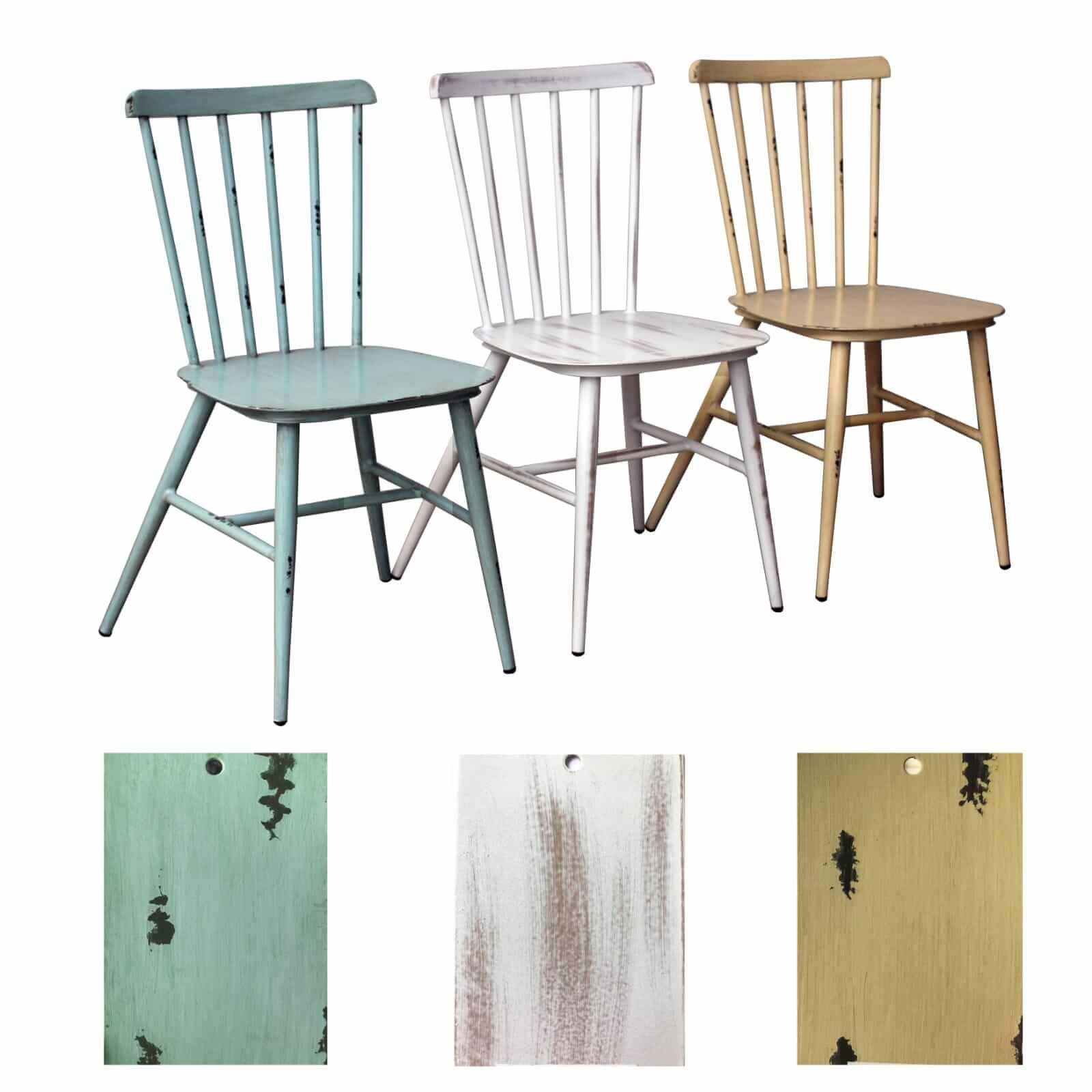 כסאות בצבעים שונים